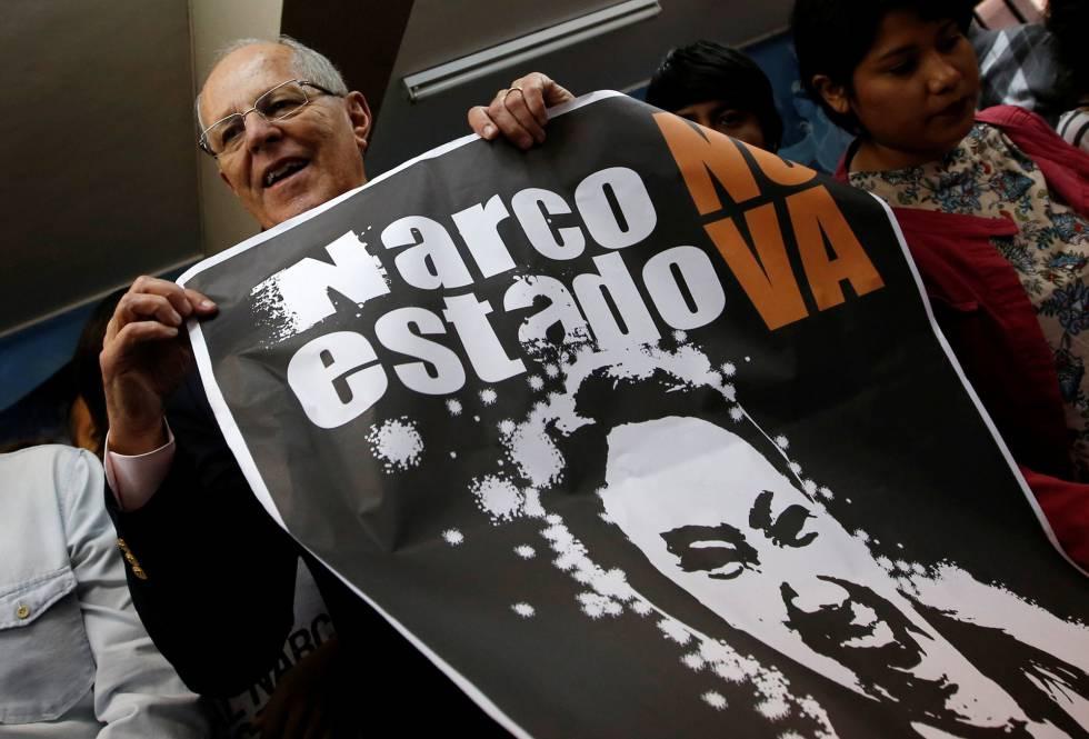 Pedro Kuczynski exhibe un afiche que vincula al Keiko Fujimori con el narco.