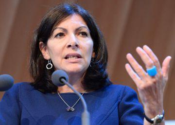 La alcaldesa de París, este lunes en una conferencia de prensa celebrada en París.