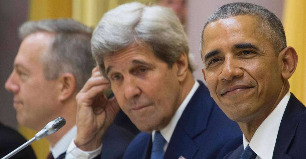 El presidente de EE UU, Barack Obama, y el secretario de Estado, John Kerry, la semana pasada en Hanoi (Vietnam).