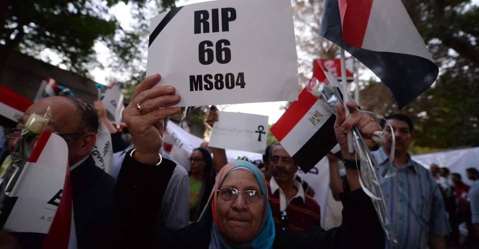 Una mujer egipcia, en una marcha en homenaje a las víctimas.