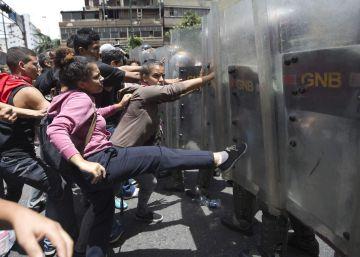 La policía venezolana reprime una protesta por falta de alimentos en Caracas