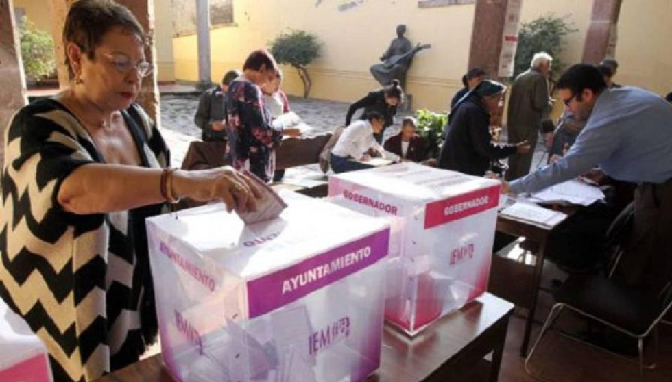 Una ciudadana deposita su voto en una mesa electoral. Imagen de archivo.rn