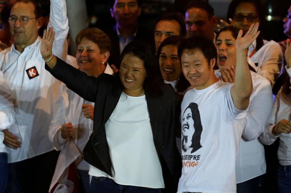 Keiko Fujimori y su hermano Kenji en un acto de campaña el 2 de junio.