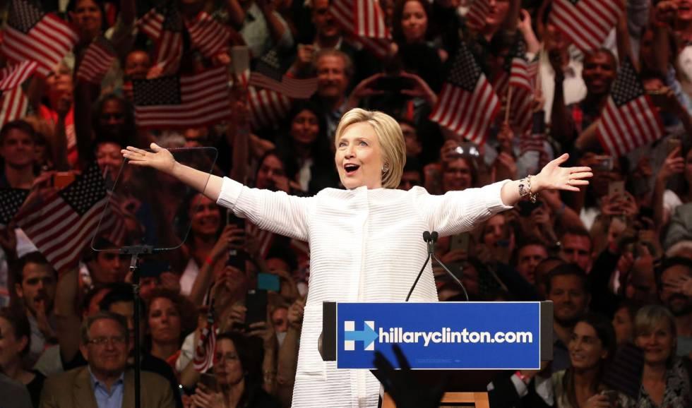 La candidata demócrata Hillary Clinton sube al escenario para dar uno de los discursos más importantes de su carrera.