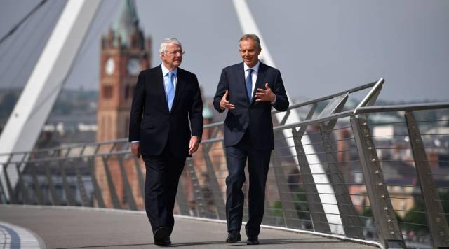 Major y Blair, juntos en Derry, Irlanda del Norte.
