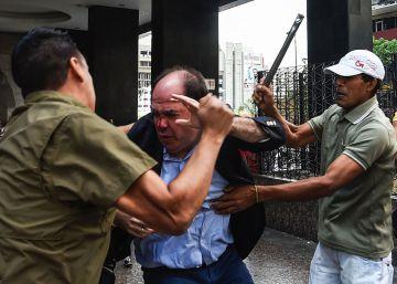 Un grupo chavista agrede al jefe de los diputados de la oposición