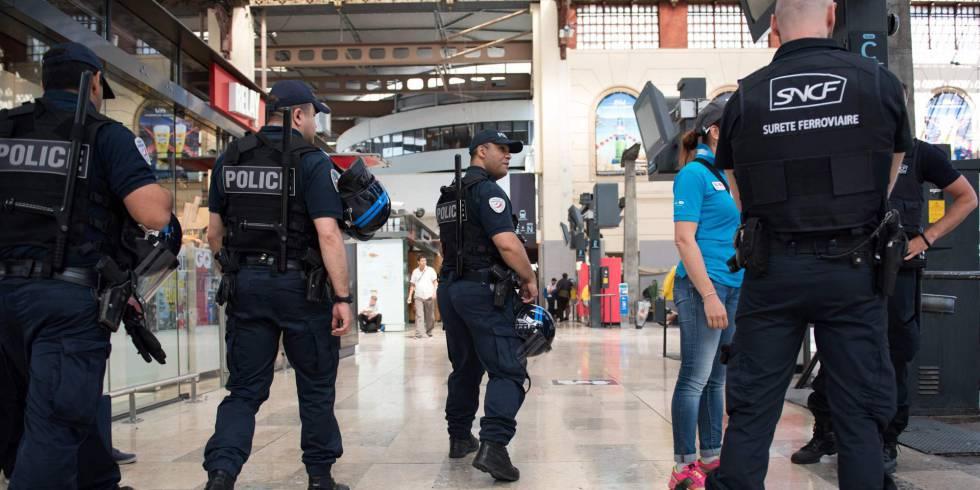Fuerzas de seguridad patrullan en una estación de Marsella.