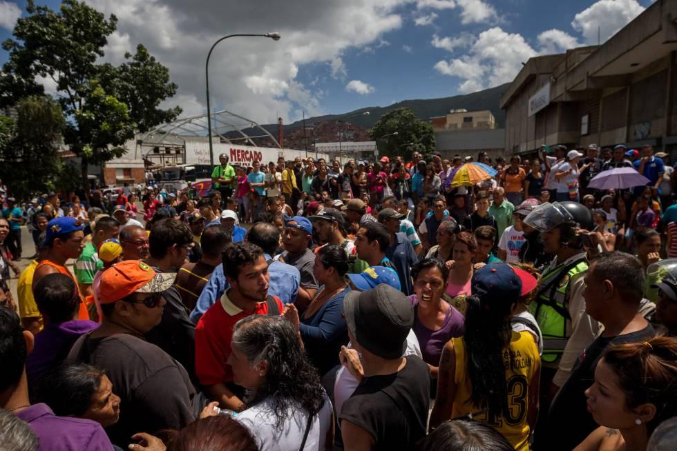 Personas protestan por comida en el popular sector de Catia, en Caracas