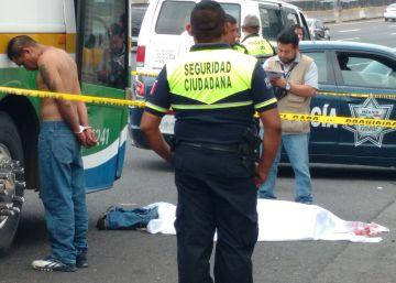 Pasajeros de un bus linchan a un asaltante en México