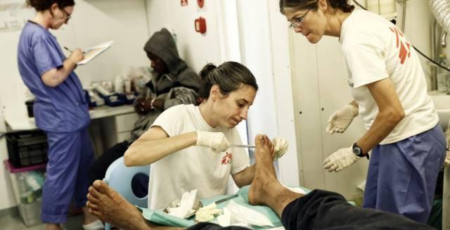 Una médico atiende a un migrante en el hospital de Médicos Sin Fronteras del barco Dignity I.