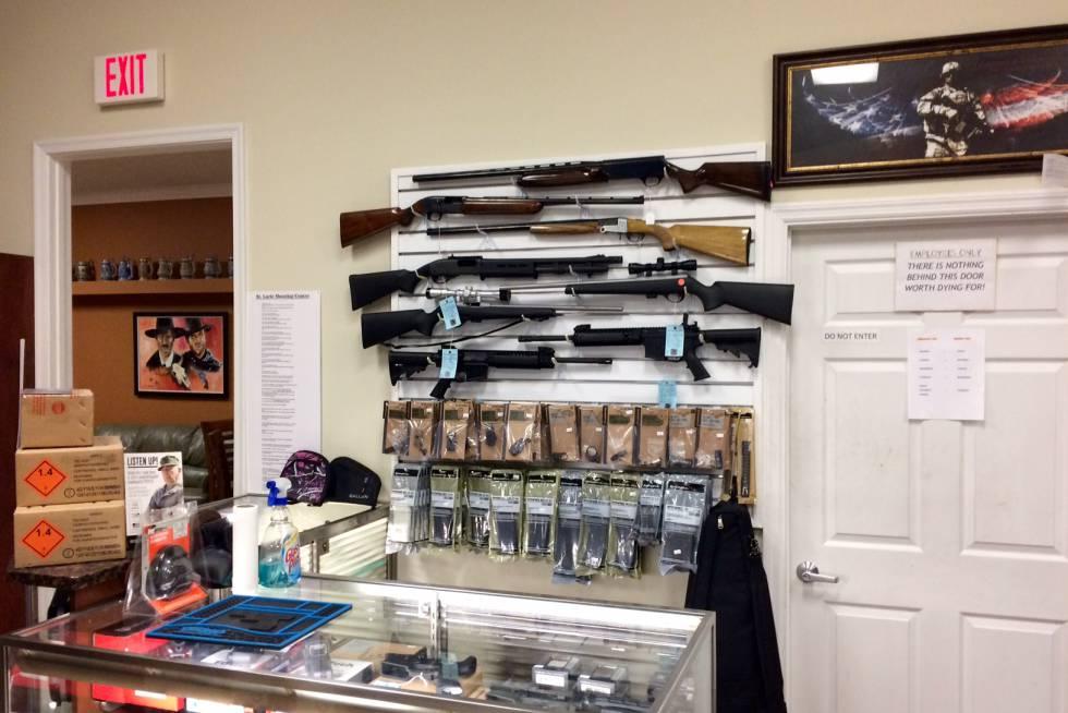 Varias escopetas en una pared de la tienda