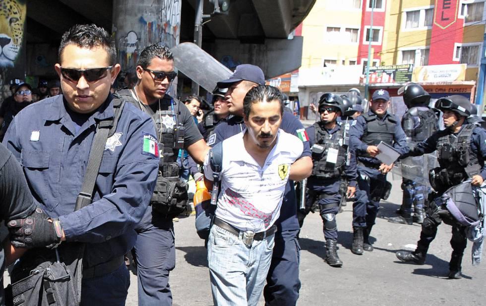 Agentes estatales detienen a maestros disidentes durante una protesta en Morelia, Michoacán.
