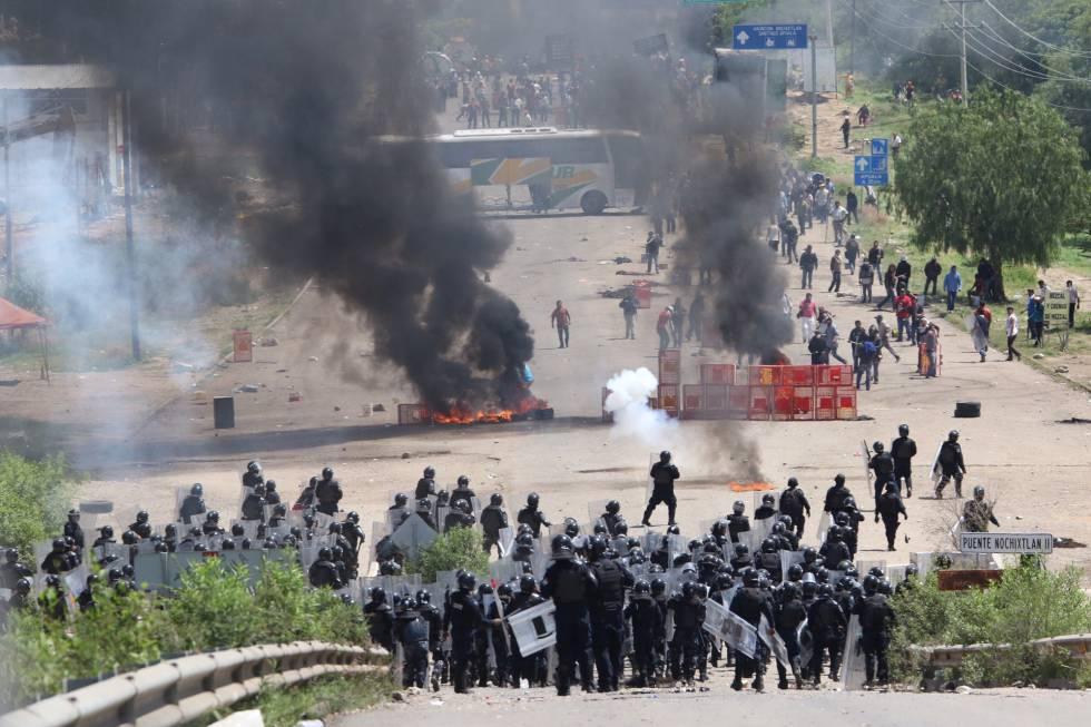 Policías antidisturbios se enfrentan con maestros disidentes que mantenían un bloqueo carretero cerca de Nochixtlán, Oaxaca.