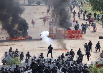 Violentos enfrentamientos entre policías y maestros en Oaxaca