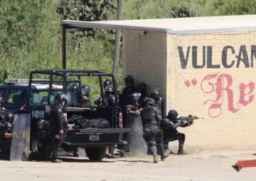 Violentos enfrentamientos entre policías y maestros radicales en Oaxaca