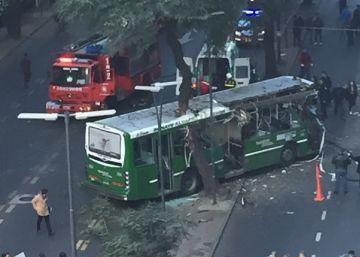 Un autobús choca contra un árbol en pleno centro porteño: 15 heridos