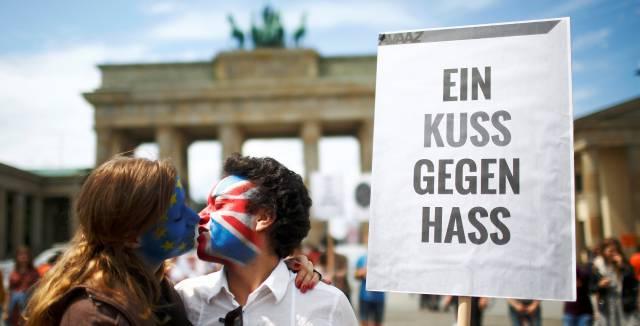 Dos defensores de que Reino Unido permanezca en la UE se besan frente a la puerta de Brandemburgo, Berlín.
