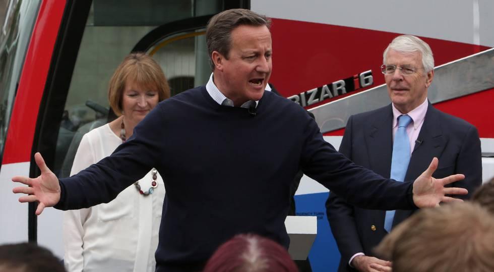 David Cameron, con el ex primer ministro John Major, este miércoles en un acto de campaña en Bristol.