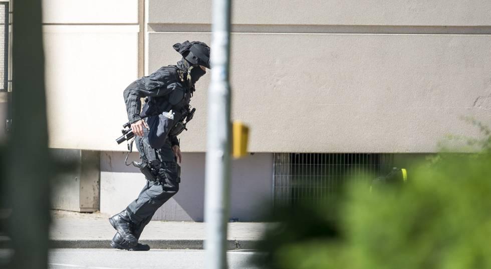 Un policía junto al cine en el que se ha producido el tiroteo.