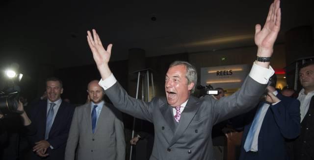 El líder del Partido Independencia del Reino Unido (UKIP) Nigel Farage celebra el resultado.