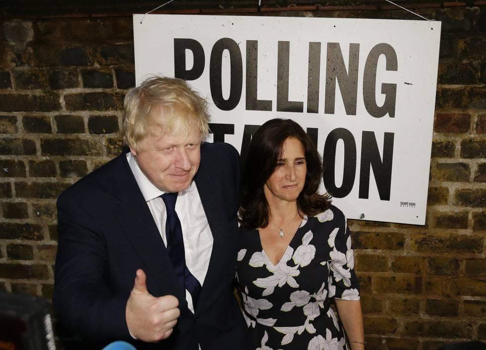 Boris Johnson y su mujer Marina, tras votar a favor del Brexit