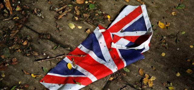 Una bandera británica en el suelo tras el referéndum del Brexit.