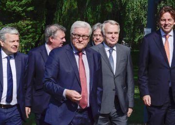 De izquierda a derecha, el ministro belga Didier Reynders, el de Luxemburgo Jean Asselborn, el alemán Frank-Walter Steinmeier, el italiano Paolo Gentiloni, el francés Jean-Marc Ayrault y el holandés Bert Koenders.