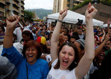 Venezolanos celebran en Caracas haber logrado las firmas necesarias para iniciar el proceso de revocatorio contra Maduro