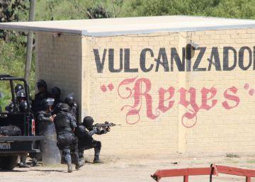 Un policía dispara durante el operativo de Nochixtlán.