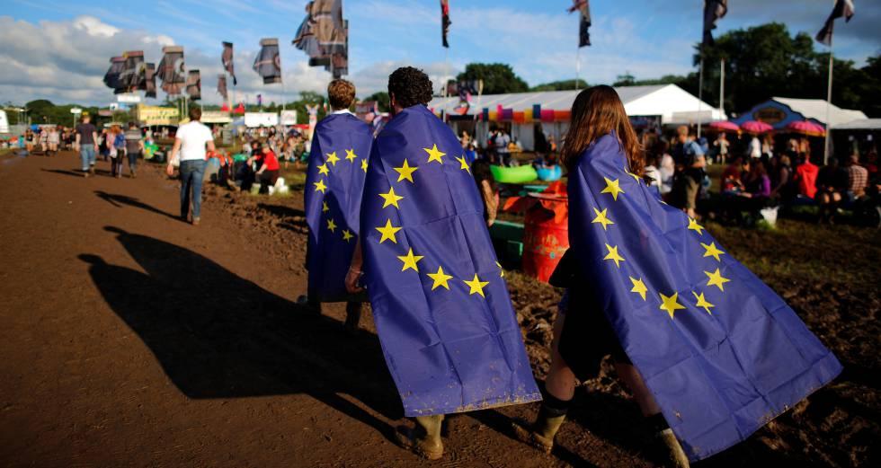 Jóvenes con la bandera de la UE en el festival de Glastonbury, el día 22 de junio, víspera del referéndum.