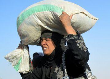 Mujeres desplazadas por la violencia del ISIS llegan a una base militar en la ciudad iraquí de Ramadi.