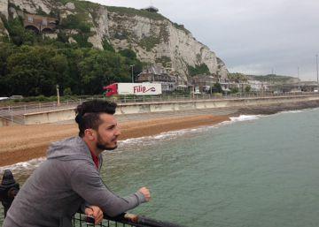 Aj Salah, peluquero Kurdo que llegó a Reino Unido en los bajos de un camión, junto a los acantilados de Dover.