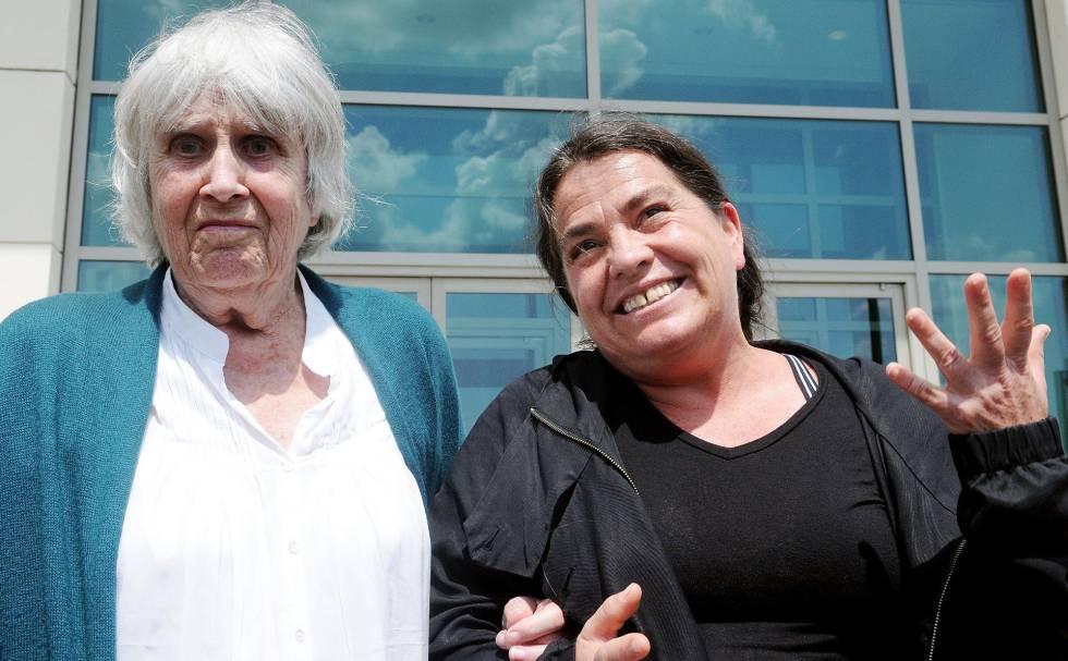 La viuda del cantautor chileno Víctor Jara, Joan Jara y su hija Amanda celebran su victoria en Florida.