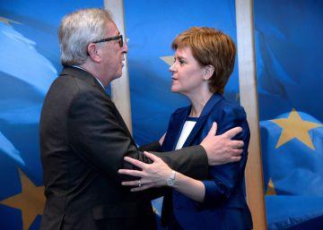 La líder escocesa pide amparo a la Comisión y al Parlamento Europeo