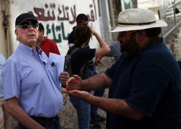 """Vargas Llosa cuenta """"los estragos de la ocupación"""""""