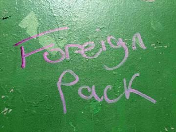 """La pintada en la escuela, """"Manada de extranjeros""""."""