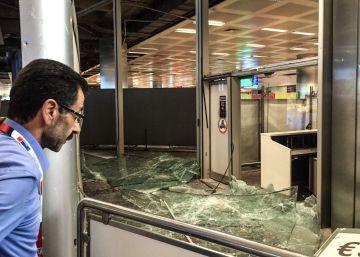 Un pasajero ante una de las zonas afectadas por el atentado en el aeropuerto Atatürk de Estambul