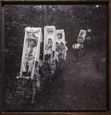 'Chamulas cargando las sillas de camino' (ca. 1955). Cedida por la exposición 'Imágenes para ver-te'