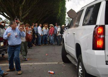 Un grupo de campesinos lanzan piedras al coche de Yunes.