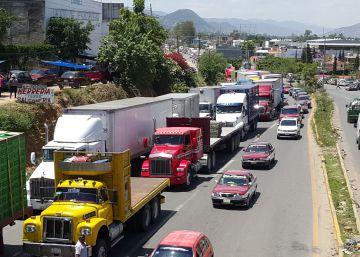 Vehículos retenidos por la CNTE en Oaxaca.rn