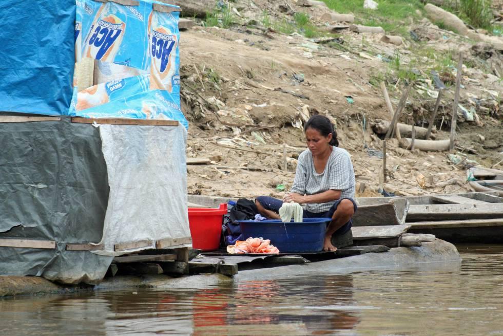 Una mujer lava ropa en Íquitos, Perú.