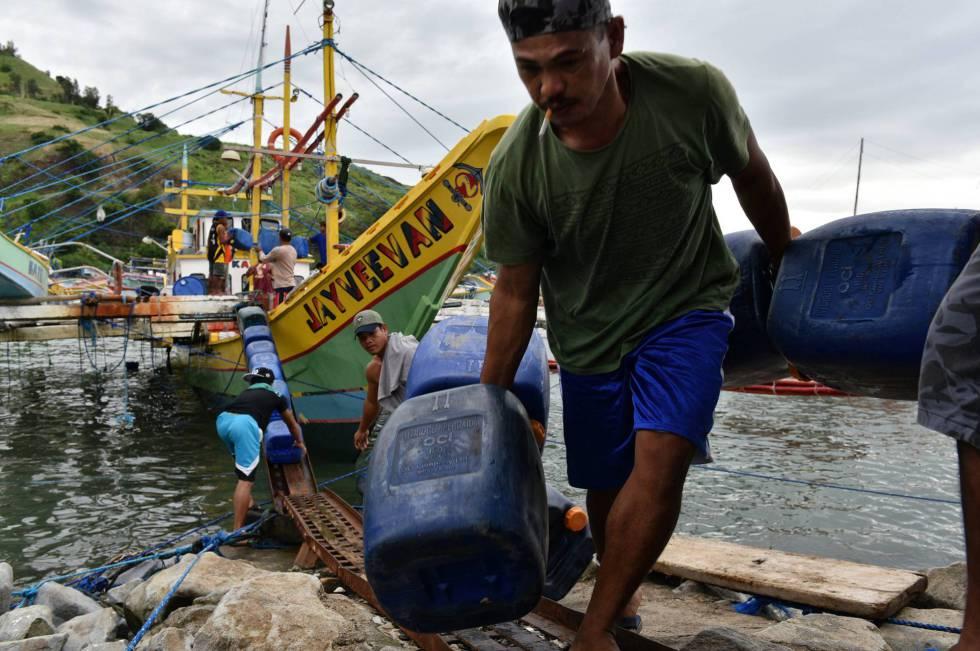 Pescadores filipinos, antes de salir a las islas Spratly, que China y varios países se disputan.