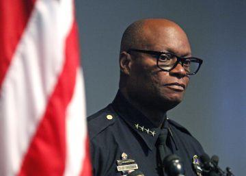 """El jefe de policía de Dallas a los jóvenes negros: """"Estamos contratando"""""""