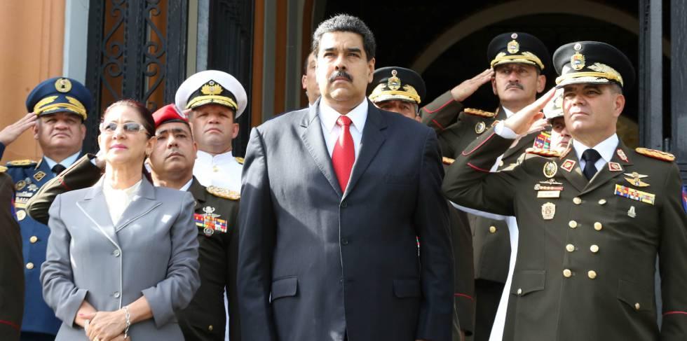 Nicolás Maduro en compañía del ministro de Defensa de Venezuela, general Vladimir Padrino Lopez y la primera dama, Cilia Flores