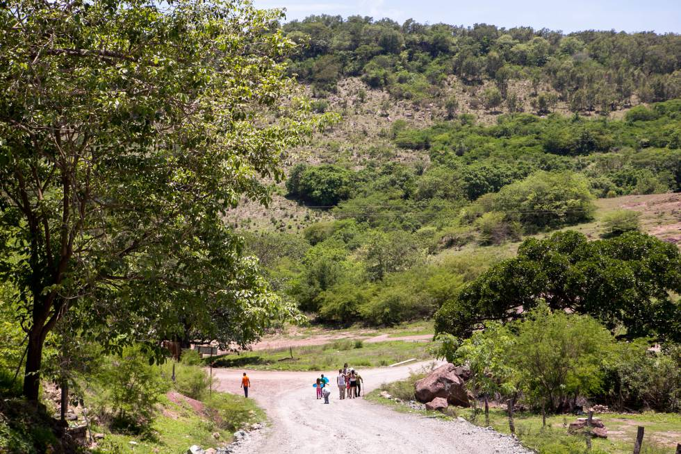 Pobladores caminan por El Palmarito, una localidad de Rosario.