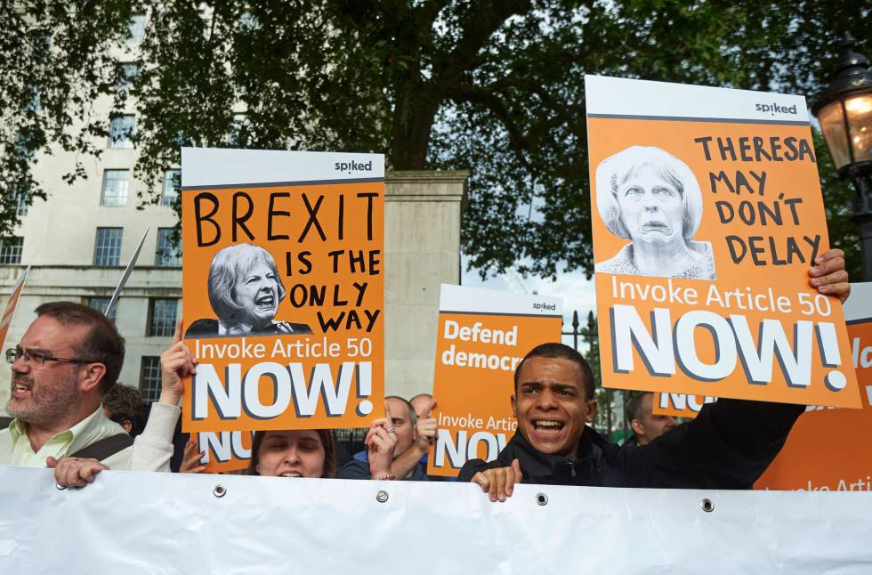 Manifestantes a favor del 'Brexit' solicitan a Theresa May la salida de la UE lo antes posible.