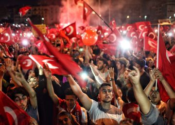 Los islamistas conquistan las calles emblema de los laicos