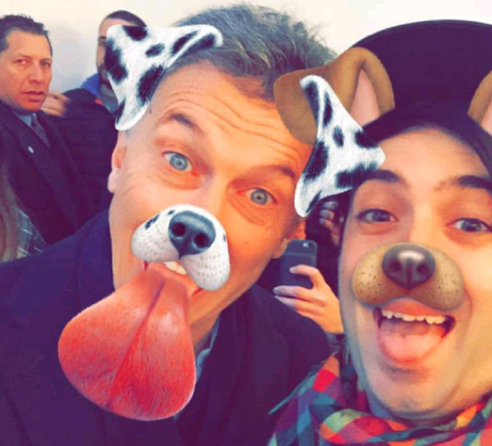 Macri posa con el filtro de perrito en Snapchat durante una visita a Tecnópolis.