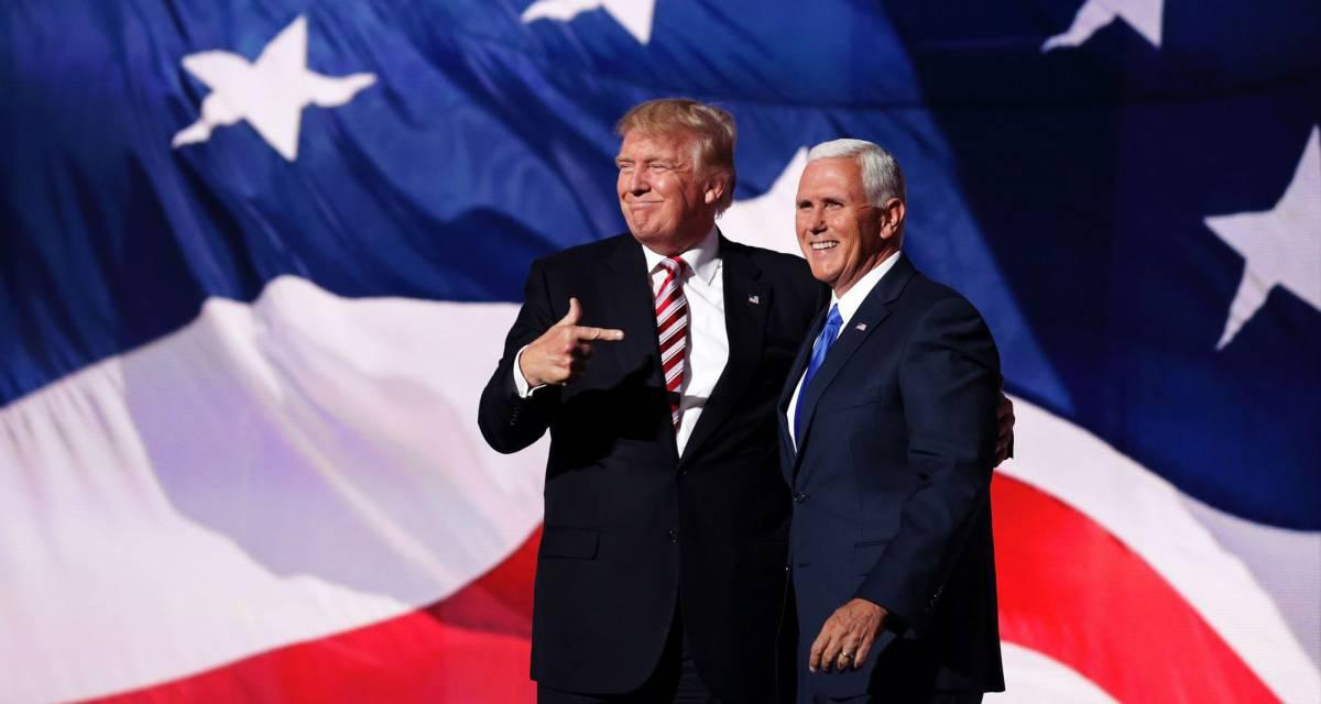 Donald Trump en el escenario con Mike Pence.