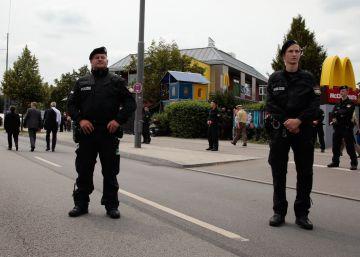 La policía alemana custodia el McDonalds atacado el viernes por David. S., de 18 años.